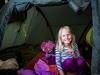 Maren finner seg til rette i teltet